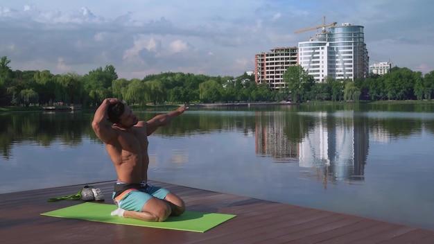Fitness zawodnik rozciągający mięśnie po intensywnym treningu