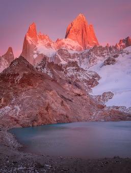 Fitzroys czerwony płonący szczyt z bliska i laguna de los tres o wschodzie słońca w patagonii w argentynie
