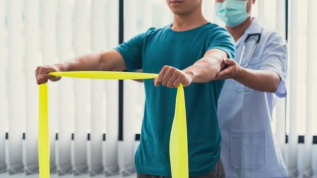 Fizjoterapeuci leczący pacjentów w klinice.