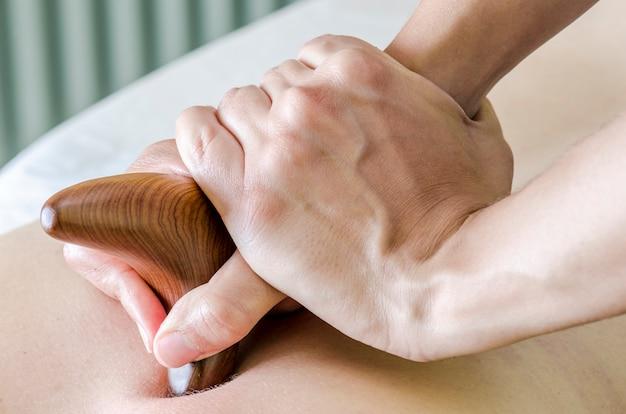 Fizjoterapeuta / chiroprator wykonujący masaż pleców. osteopatia