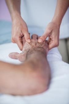 Fizjoterapeuta daje pacjentowi masaż dłoni