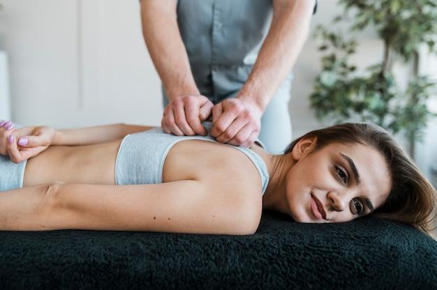 Fizjoterapeuta i pacjentka podczas sesji fizjoterapeutycznej