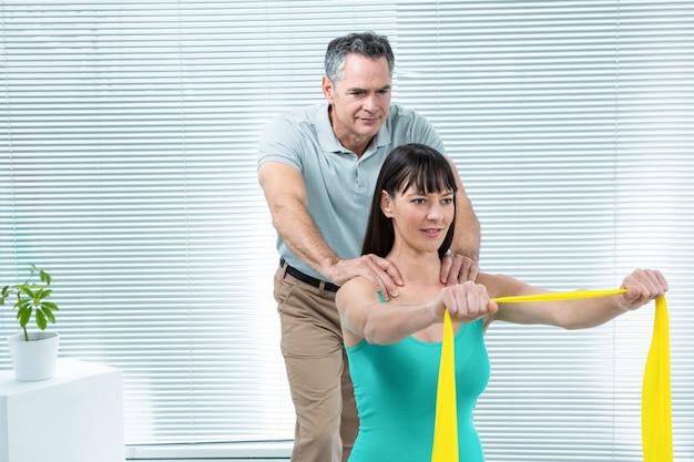 Fizjoterapeuta kieruje kobieta w ciąży z ćwiczeniem w klinice