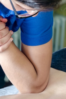 Fizjoterapeuta / kręgarz robi masaż pleców. osteopatia