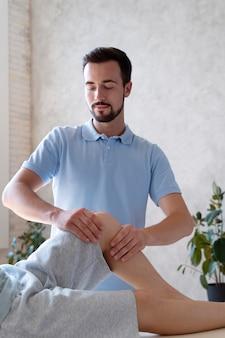 Fizjoterapeuta masujący pacjenta z bliska