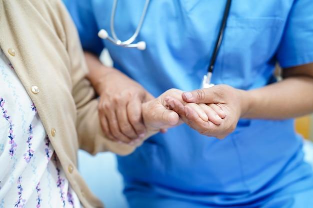 Fizjoterapeuta pielęgniarka azji pielęgniarka, pomoc i wsparcie starszych lub starszych starsza pani kobieta