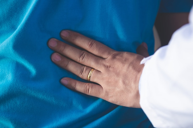Fizjoterapeuta pracuje z pacjentem w klinice, zbliżenie