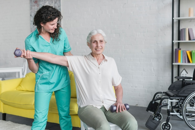 Fizjoterapeuta pracuje z starszym pacjentem w nowożytnej klinice