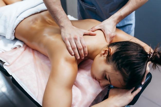 Fizjoterapeuta robi masaż kobiecie w klinice