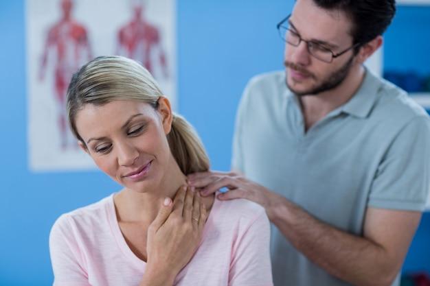 Fizjoterapeuta rozciąganie szyi pacjentki