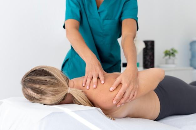 Fizjoterapeutka masująca pacjentkę