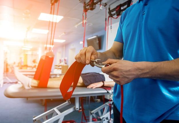 Fizjoterapia. terapia treningu zawieszenia. młody człowiek robi fitness