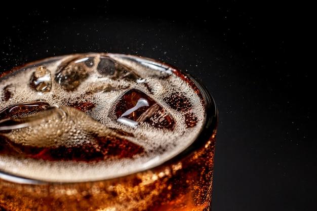 Fizz musująca woda cola orzeźwiający musujący napój gazowany z kostkami lodu. zimny napój bezalkoholowy cola gazowany płyn świeży i chłodny napój mrożony w szklankach. koncepcja odświeżania i gaszenia pragnienia.