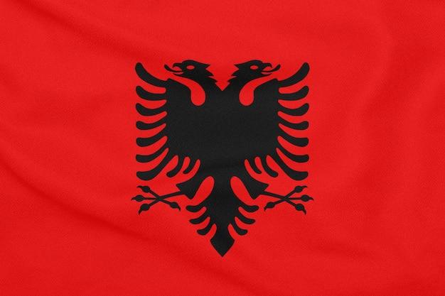 Flaga albanii na teksturowanej tkaninie