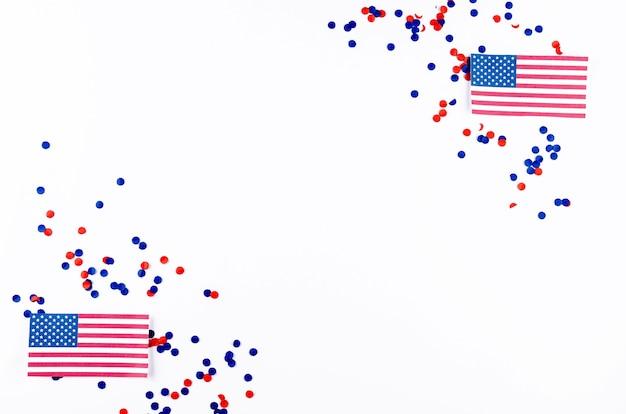 Flaga amerykańska i konfetti w barwach narodowych ameryki