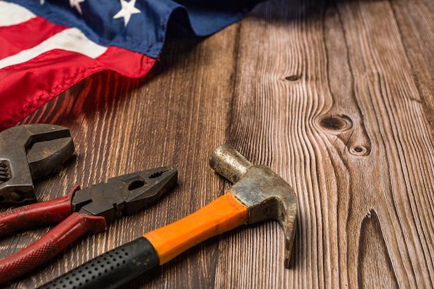 Flaga amerykańska i narzędzia w pobliżu hełmu koncepcja święto pracy.