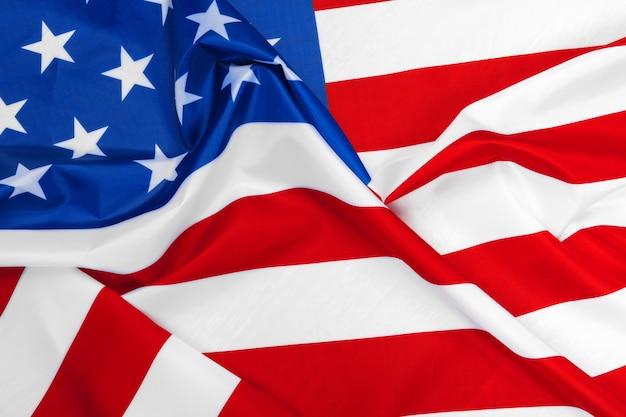 Flaga amerykańska macha na wietrze.