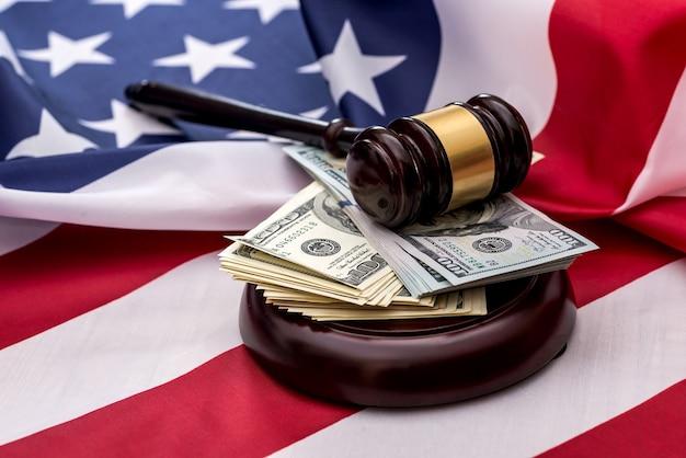 Flaga amerykańska, młotek i banknoty dolara