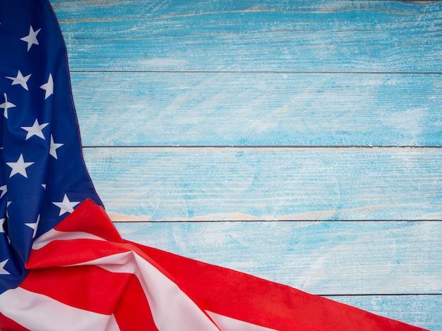 Flaga amerykańska na błękitnym drewnianym tle
