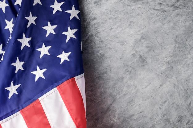 Flaga amerykańska na cementowym tle