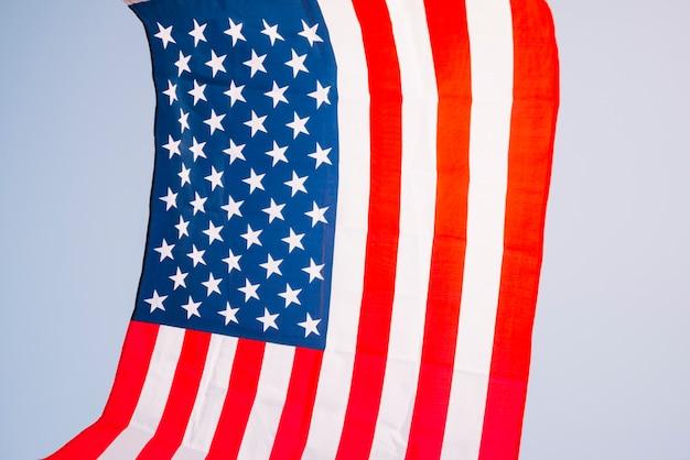 Flaga amerykańska na nieba tle