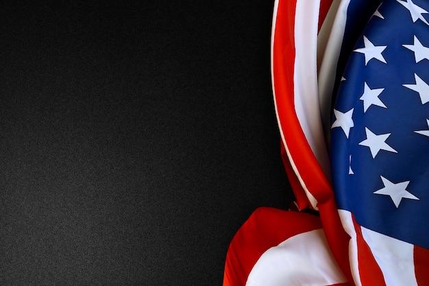 Flaga amerykańska składana na czarnym tle