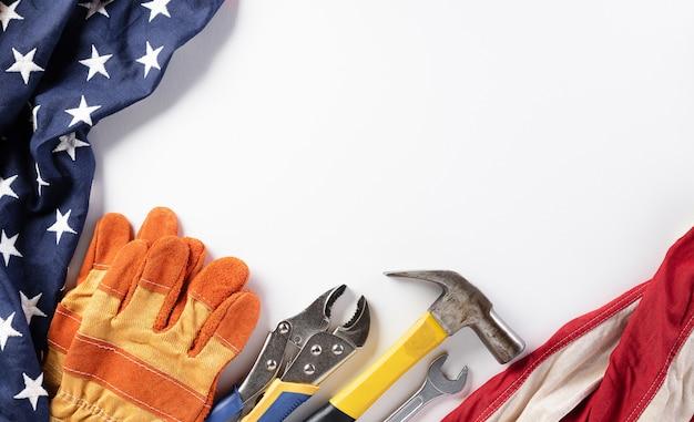 Flaga amerykańska z różnymi narzędziami budowlanymi dla koncepcji święta pracy