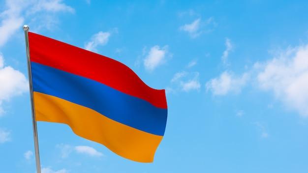 Flaga armenii na słupie. niebieskie niebo. flaga narodowa armenii
