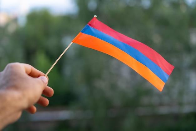 Flaga armenii w dłoni mężczyzny