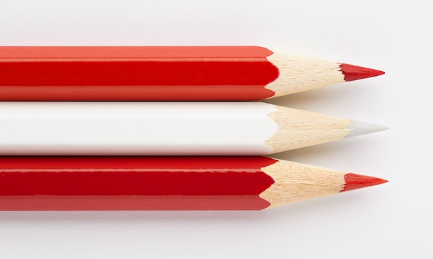 Flaga austrii wykonana z kolorowych drewnianych ołówków