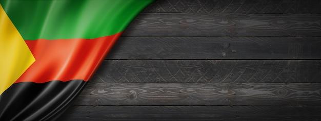 Flaga azawad mnla na czarnej drewnianej ścianie