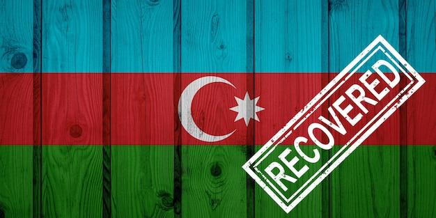 Flaga azerbejdżanu, która przetrwała lub wyzdrowiała z infekcji epidemii koronawirusa lub koronawirusa. flaga grunge z pieczęcią odzyskane