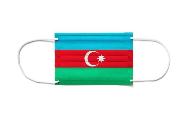Flaga azerbejdżanu na jednorazowej masce chirurgicznej. biała powierzchnia na białym tle