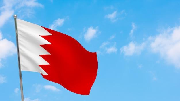 Flaga bahrajnu na słupie. niebieskie niebo. flaga narodowa bahrajnu