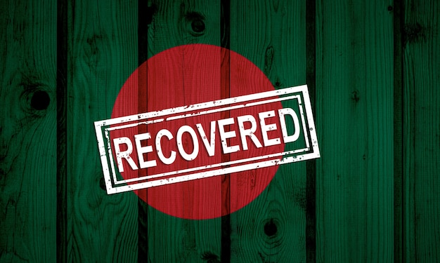 Flaga bangladeszu, która przetrwała lub wyzdrowiała z infekcji epidemii koronawirusa lub koronawirusa. flaga grunge z pieczęcią odzyskane