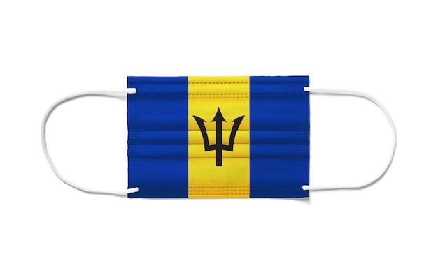 Flaga barbadosu na jednorazowej masce chirurgicznej. biała powierzchnia na białym tle