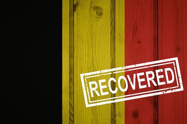 Flaga belgii, która przeżyła lub wyzdrowiała z zakażenia epidemią koronawirusa lub koronawirusem. flaga grunge z pieczęcią odzyskane
