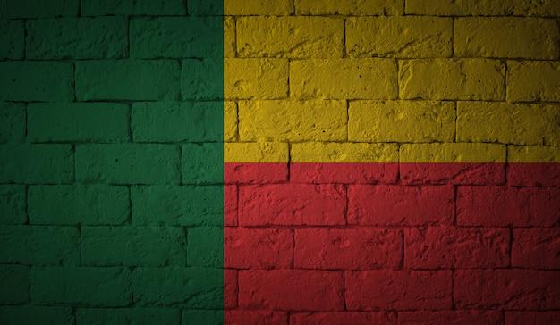 Flaga beninu na tle ściany grunge. oryginalne proporcje
