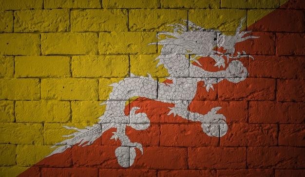 Flaga bhutanu na tle ściany grunge. oryginalne proporcje