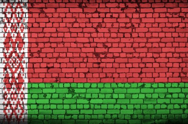 Flaga białorusi jest namalowana na starym murem
