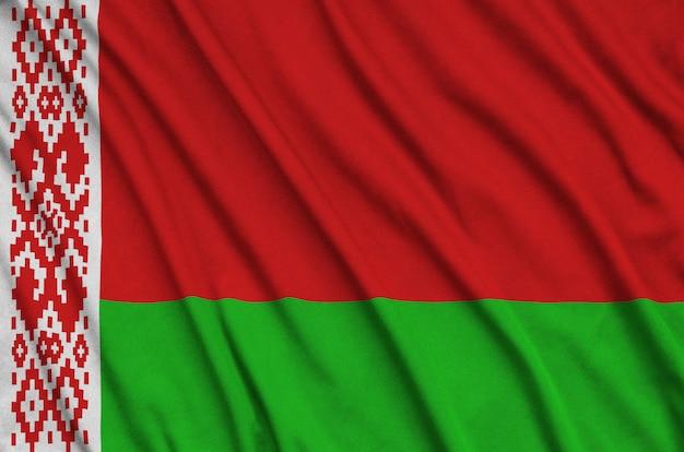 Flaga białorusi jest przedstawiona na sportowej tkaninie z wieloma zakładkami.