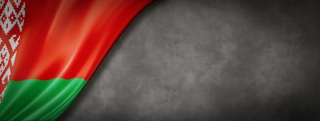 Flaga białorusi na betonowej ścianie. pozioma panorama. ilustracja 3d