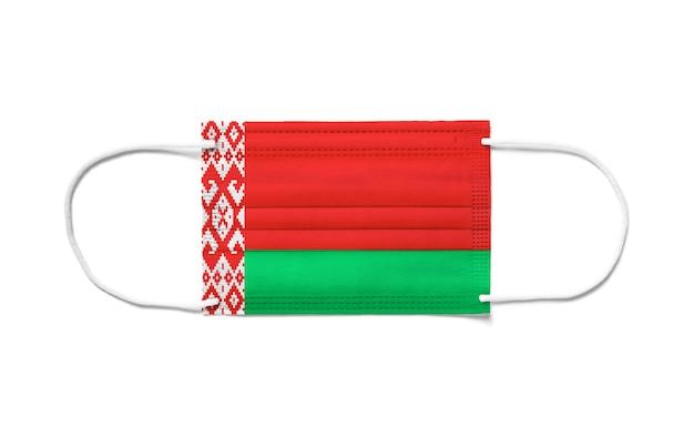 Flaga białorusi na jednorazowej masce chirurgicznej. biała powierzchnia na białym tle