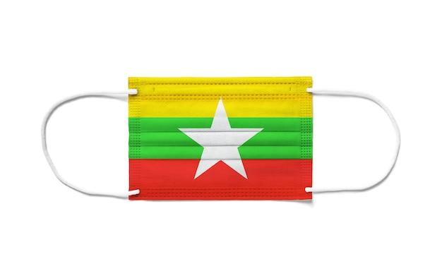 Flaga birmy myanmar na jednorazowej masce chirurgicznej. biała powierzchnia na białym tle