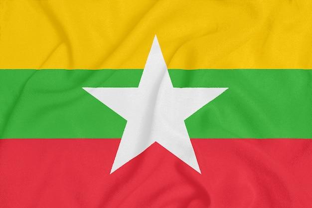 Flaga birmy na teksturowanej tkaninie.