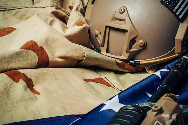 Flaga bitwy usa i karabin szturmowy na drewnianym stole.