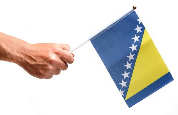 Flaga bośni i hercegowiny mała w ręku izolować.
