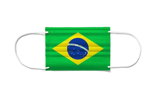 Flaga brazylii na jednorazowej masce chirurgicznej. białe tło na białym tle