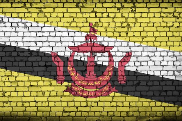 Flaga brunei darussalam jest namalowana na starym ceglanym murze