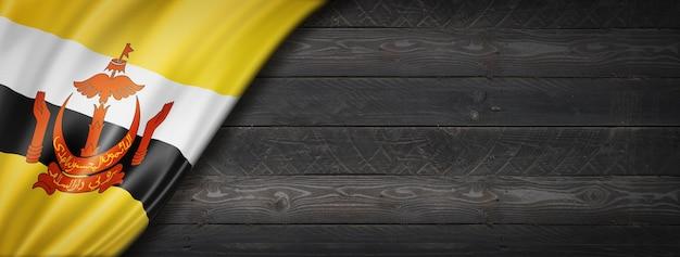 Flaga brunei na czarnej ścianie z drewna